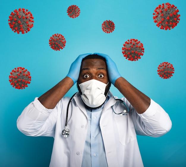 Обеспокоенный медик обеспокоен и боится вируса коронирующей короны. синий фон