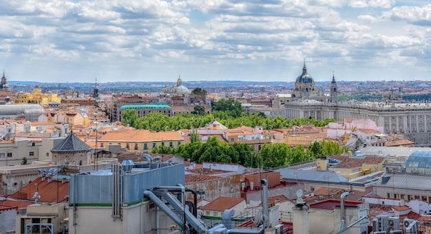 Вид на здания мадрида, испания