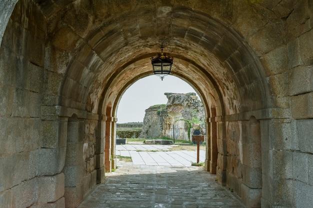 古代の要塞建築の廃墟のトンネル