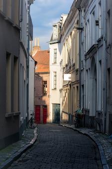 Световой контраст на красочной улице в ганте, бельгия