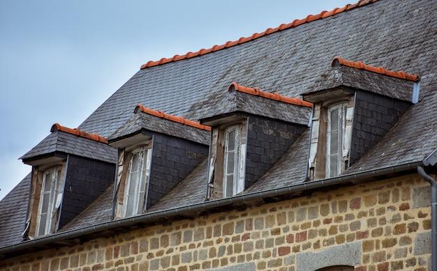 フランスのブルターニュの典型的な家のスレート屋根とドーマーウィンドウ