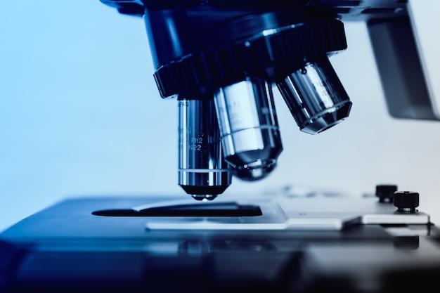 Световой микроскоп для фармацевтических исследований в области биологических наук.