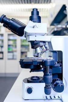 Световой микроскоп для исследования фармацевтической биологии. понятие науки, лаборатории и изучения заболеваний.