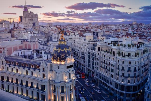 Вид на городские здания в солнечный день мадрид, испания