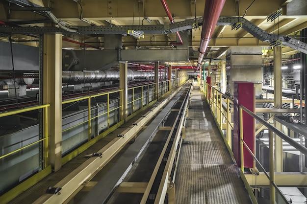 Пустая конвейерная лента на производственной линии