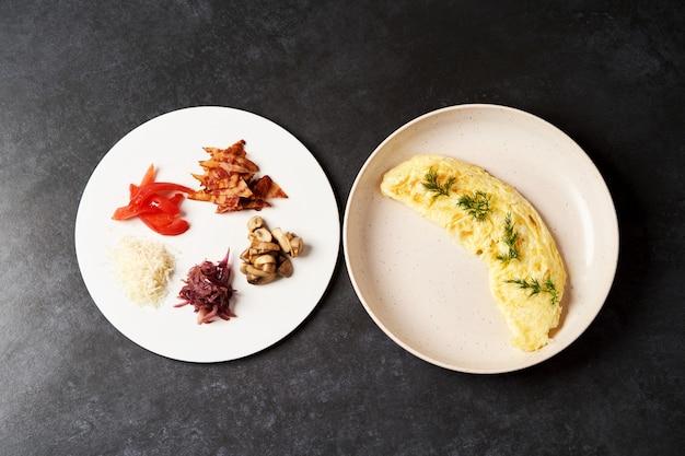 ベーコン、トマト、マッシュルーム、タマネギの伝統的な朝食オムレツ