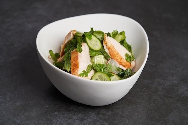 Фарм куриный салат с салатом ромейн и песто из эстрагона, крупный план