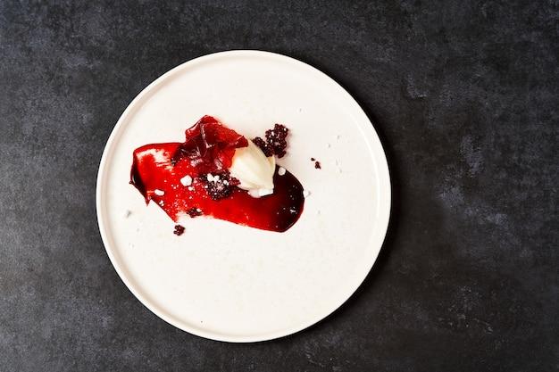 白い皿にラズベリーシャーベット、クローズアップ。甘いシロップのラズベリーアイスクリーム