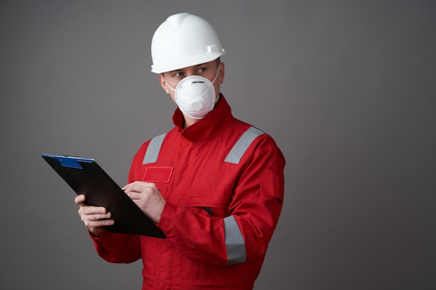 男エンジニア、フェイスマスクを身に着けている建設労働者
