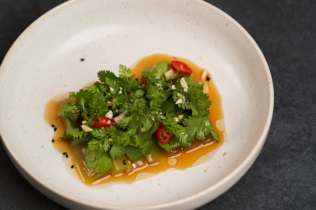 赤唐辛子にんにくパセリと植物油をまぶしたきゅうりのプレート