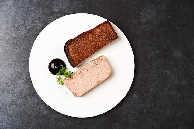 鶏レバーのパテ、ブラックカラント、フィグソース、トーストしたパン