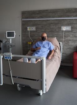 Портрет пожилого мужчины в больничной койке, крупным планом