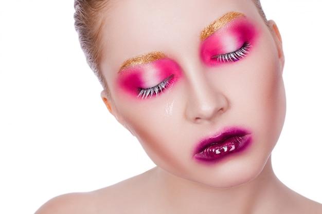 Портрет красивой сексуальной девушки с творческим макияжем на белом