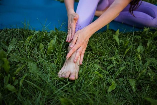 Боль от спортивных упражнений в ноге. потирая больное место у спортсмена