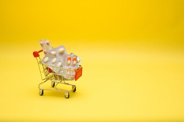 Металлическая тележка с таблетками