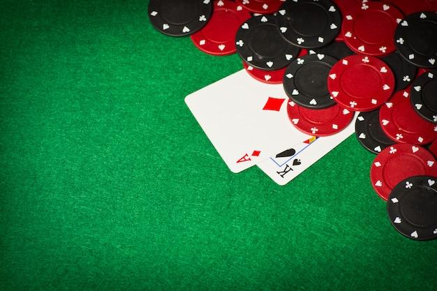 Покерный стол с игровыми фишками и двумя картами под ними