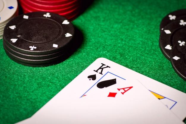Покерный стол с игровыми фишками и двумя картами сверху