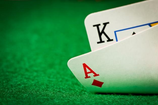 Покерный стол с двумя картами
