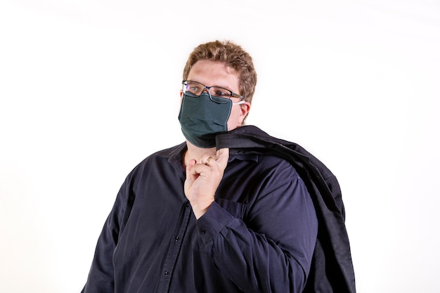 黒いシャツの太りすぎの人