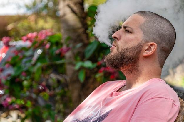 ハゲとひげを生やした男性の喫煙