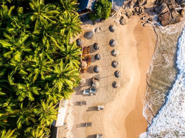 ヤシの木と熱帯のビーチでロマンチックな夕日