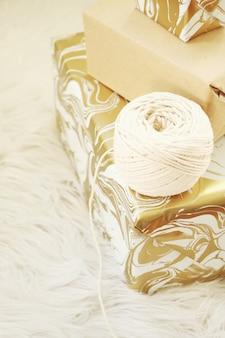 茶色の箱の近くの白い糸