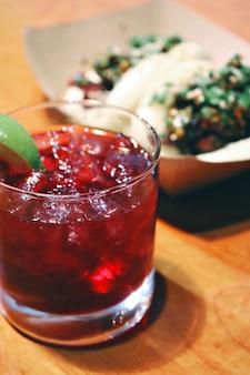 赤い液体で透明な飲用グラス