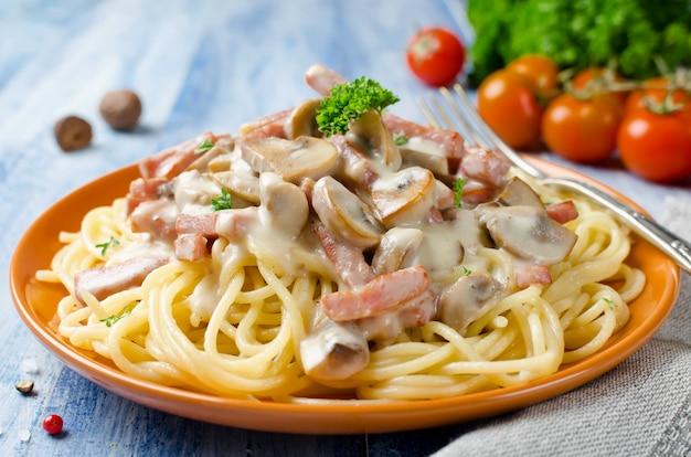 Спагетти с соусом бешамель, грибами и беконом