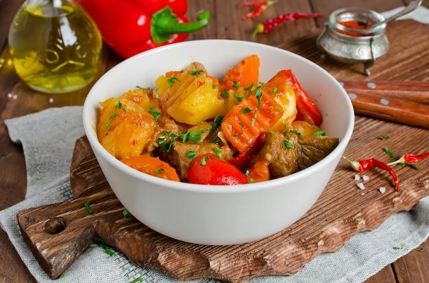 Тушеная баранина с овощами