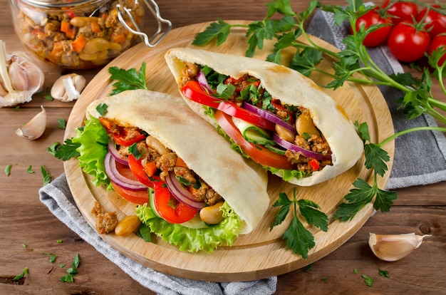 Бутерброды из лаваша с мясом, фасолью и овощами