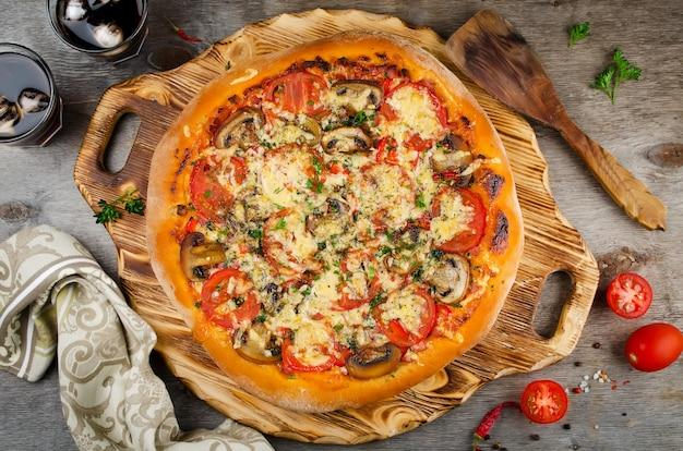 Горячая домашняя пицца, готовая к употреблению