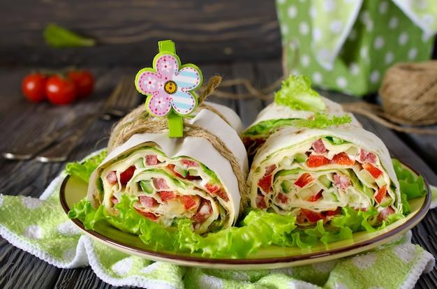 野菜、チーズ、ソーセージとパンのロール