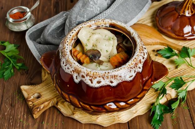 木製のテーブルに鍋に餃子