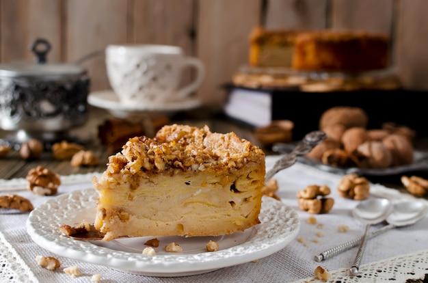 Кусок яблочного пирога с ореховой и сахарной глазурью
