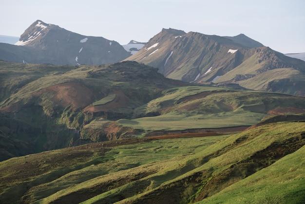 Естественный фон с гористой местностью