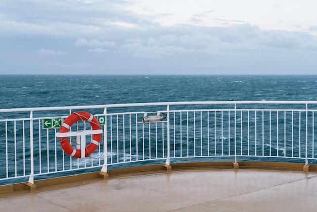 船の甲板上の救命浮輪