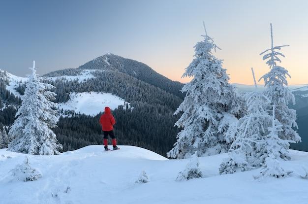 Турист в горном походе