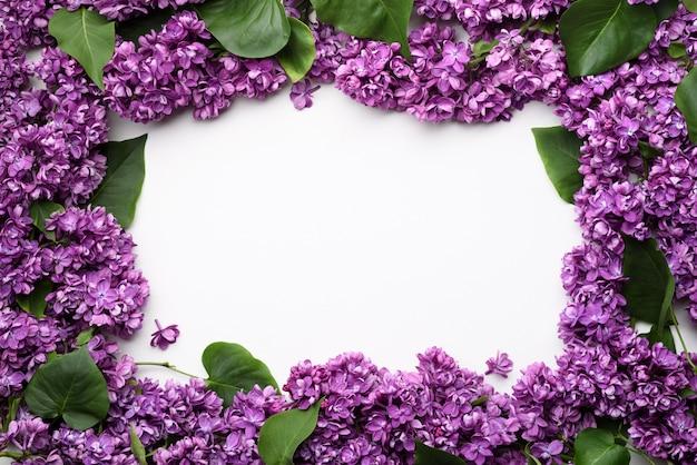 ライラック色の花のフレームと春の背景