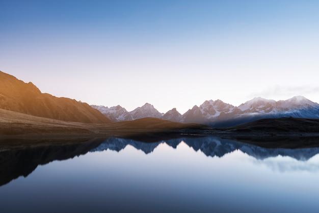 Утренний пейзаж с горным озером в грузии