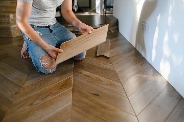 寄木細工の床をインストールする男
