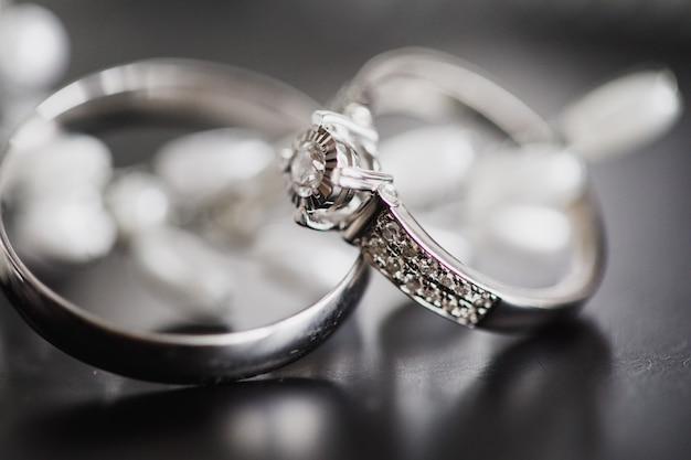 Золотые обручальные кольца крупным планом