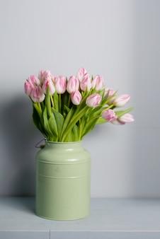 春のカードのパターン。ピンクのチューリップの花束。コピースペース