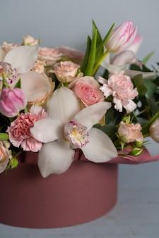 女性の手で混合された花の大きな美しい花束。花屋のコンセプトです。ハンサムな新鮮な花束。