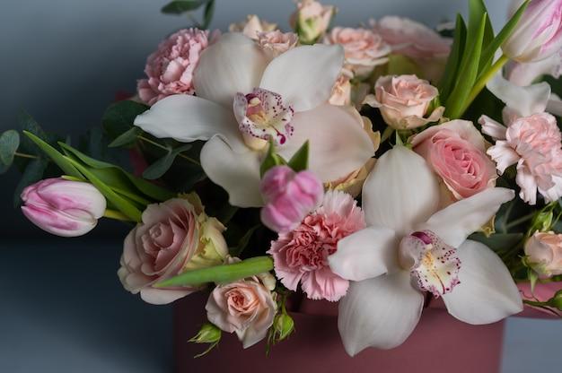 結婚式の花、ブライダルブーケのクローズアップ。バラ、牡丹、装飾植物で作られた装飾、クローズアップ