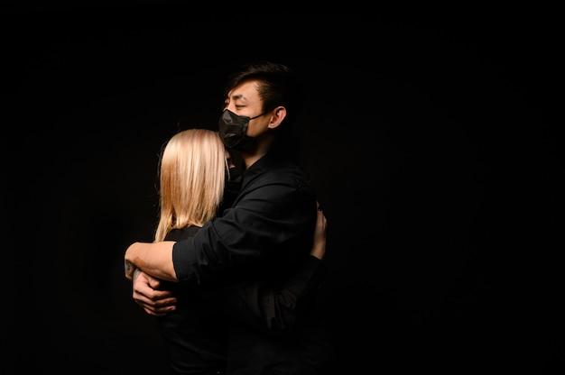 Азиатский мужчина в медицинской повязке обнимает девушку. отношения