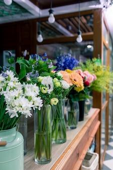 花屋のコンセプトです。混合された花の美しい花束。ハンサムな新鮮な束。花の配達。