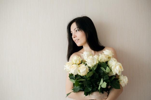 Очень счастливая девушка держит букет роз