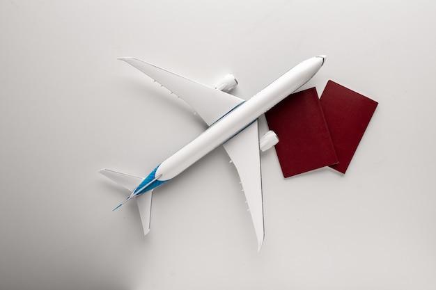 白で飛行機のおもちゃのコンセプトを旅行します。トップビューフラットコピースペース