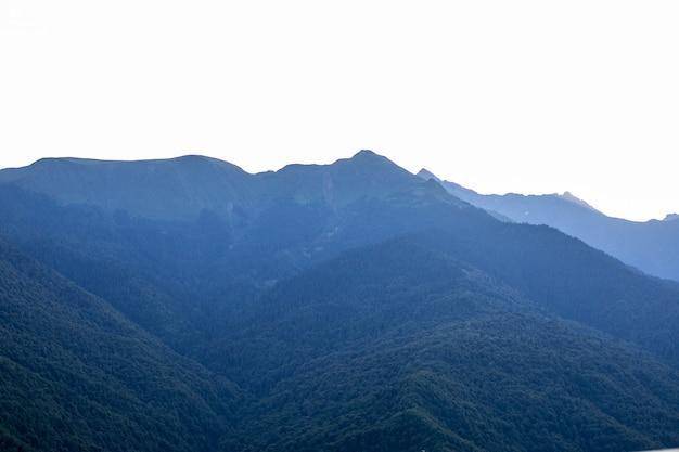 朝の澄んだ空の光線と山のシルエットの美しい日の出