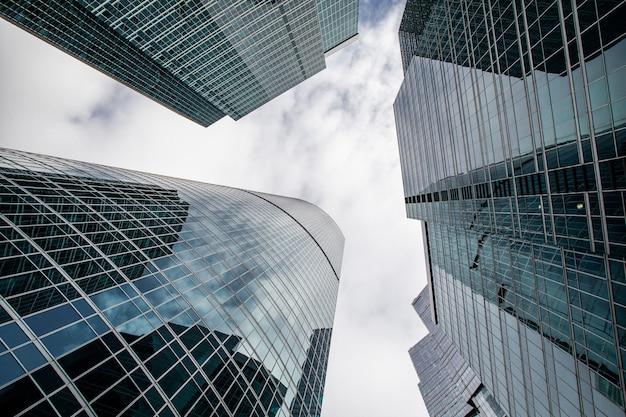 現代のビジネスビルを下から上へ